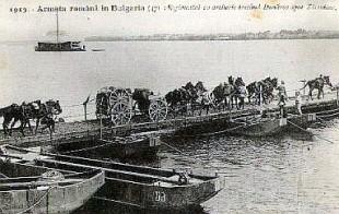 Armata Română trecând Dunărea pe un pod de vase la Zimnicea, în cadrul Campaniei pentru Turtucaia