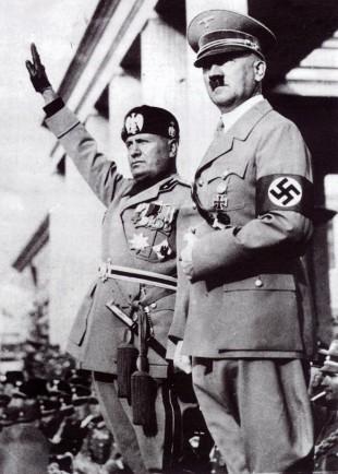 Benito Mussolini (stânga) și Adolf Hitler