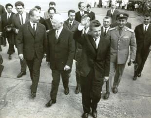 Alexander Dubcek (în primul rând, față stânga), în 1968, într-o vizită în România. În mijloc se află Ludvík Svoboda, precum și Nicolae Ceaușescu (dreapta față). Nicolae Ceaușescu a devenit celebru pentru că a condamnat vehement invazia din Cehoslovacia a Pactului de la Varșovia