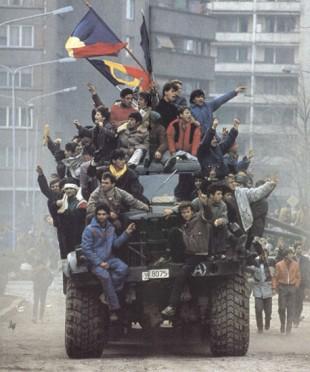 Revoluționari într-un camion al armatei.