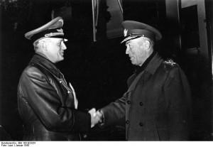 """Antonescu (dreapta) s-a aliat cu Germania pentru a recupera Basarabia şi Bucovina de Nord; promisiunea sa de a merge alături de Germania Nazistă până la capăt, însă, l-a împiedicat să se preocupe """"excluziv de interesele țării sale"""", așa cum i-o declarase lui Hitler la Berchtesgaden."""