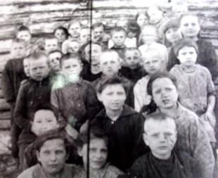 Copii basarabeni, deportaţi în Siberia pe 6 iulie 1949, la vreo lună după deportare. Fotografie de la Muzeul Naţional de Istorie, Chişinău.