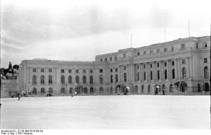 Palatul Regal din Bucureşti (fotografie din 1941) a fost locul unde a fost arestat Antonescu şi unde regele a alcătuit noul guvern.