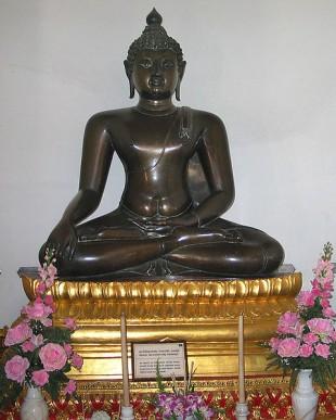 O reprezentare statuară tipică a lui Gautama Buddha din Bangkok, Thailanda.