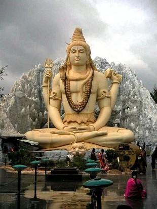 Statuie a lui Shiva meditând